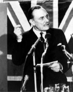 Enoch Powell tijdens zijn beroemde speech 'Rivers of blood' waarin hij een weinig rooskleurig beeld schetste van GB's multiculturele toekomst.