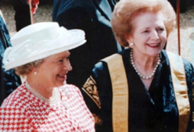 Thatcher met die andere Queen in formal academic dress.