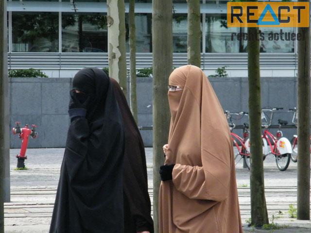 Voor even waren burka's blijkbaar geen enkel probleem voor de aanwezige politie.