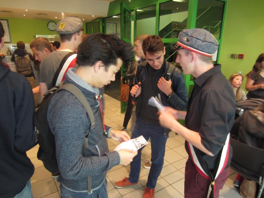 NSV'ers deelde na de actie nog pamfletten uit aan de HUB.