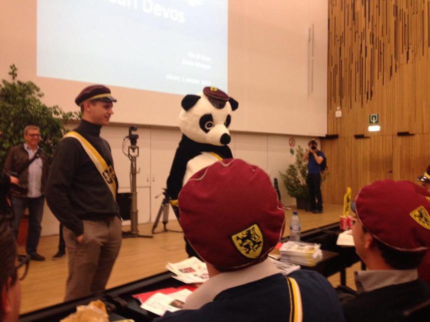 De panda blijkt sympathie te hebben voor de jongens en meisjes van KVHV Gent.