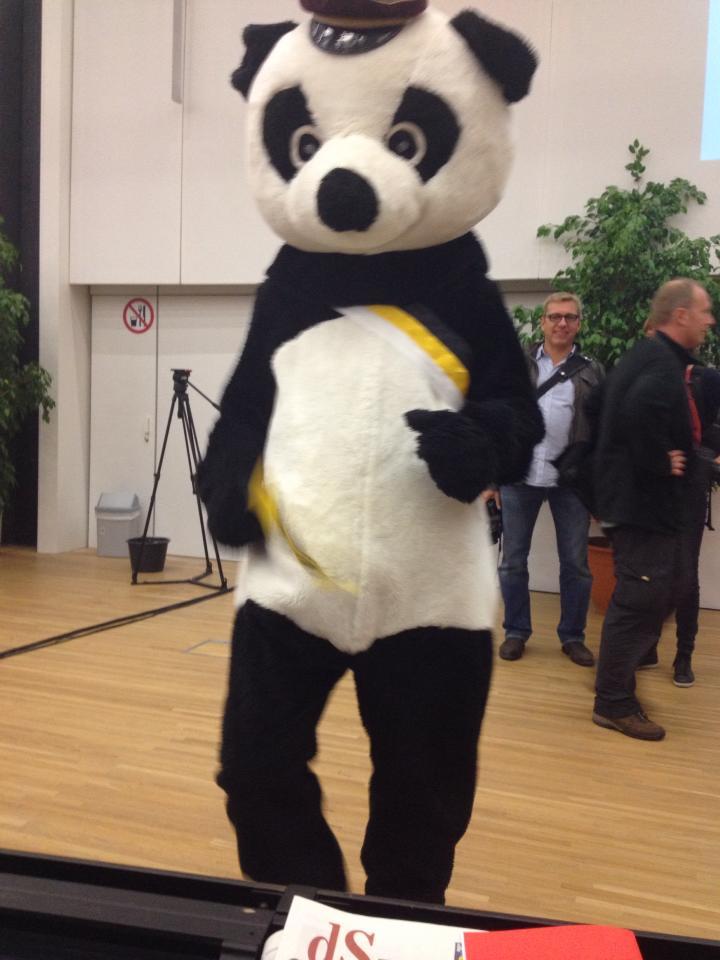 Een misnoegde panda bezoekt het gastcollege van Di Rupo, eerste nar van dit land.
