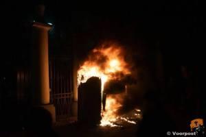 Het wachthuisje van de Russische ambassade ging in vlammen op.