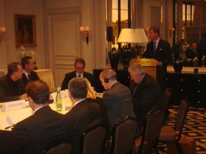 Philip Claeys (VB) spreekt, links ziet men de FPO-voorzitter Heinz Christian Strache