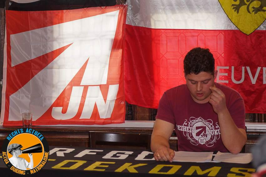 De spreker van de Duitse Junge Nationaldemokraten (JN).