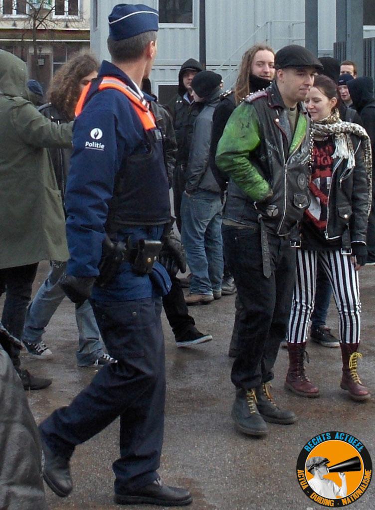 Vergeten deftige kledij aan te doen. Waarschijnlijk niet naar Antwerpen gekomen voor het NSV-colooquium, of toch wel: om het op een 'democratisch' verantwoorde manier gewelddadig te verstoren.
