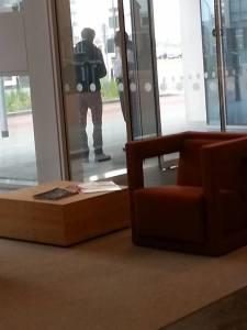 Janssen nog even in overleg over de voorgenomen demo bij het politiebureau op Ypenburg.