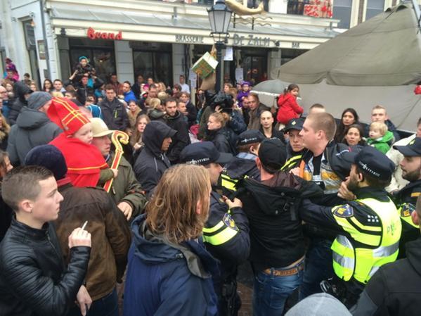 Pro Piet activisten proberen het spandoek af te dekken