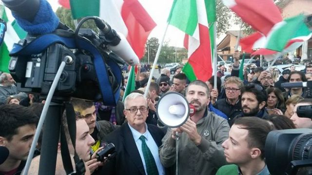Mario Borghezio (Lega Nord) en Simone Di Stefano (CasaPound) voeren broederlijk actie tegen de EU.