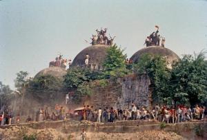 De vernieling van de Babri moskee in Ayodhya, 6 december 1992 - foto The Hindu Archives