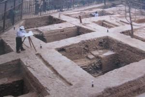 Grondvesten van de vernielde tempels waar de Babar moskee werd op gebouwd. 1