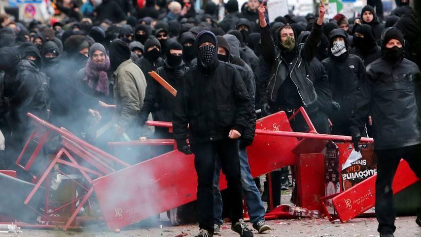 """""""Agressie"""" en geweld komt niet vanuit de PEGIDA-manifestaties. ANTIFA daarentegen teert op geweld en, agressie en het creëren van angst."""