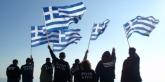 jongeren-van-chrisi-avgi-golden-dawn-gouden-dageraad-zwaaien-griekse-vlag-waving-greek-flags
