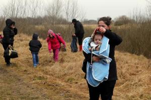 A-Kosovo-woman-covers-her-baby-after-she-crossed-illegally-the-Hungarian-Serbian-border-near-the-village-of-Asotthalom - foto REUTERS