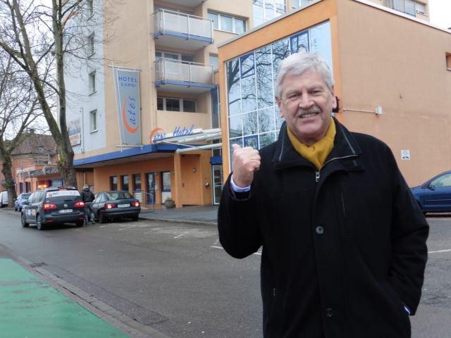 Europees Parlementslid Udo VOIGT voor het Ates Hotel in Kehl waar hij werd buitengezet vanwege zijn politieke mening