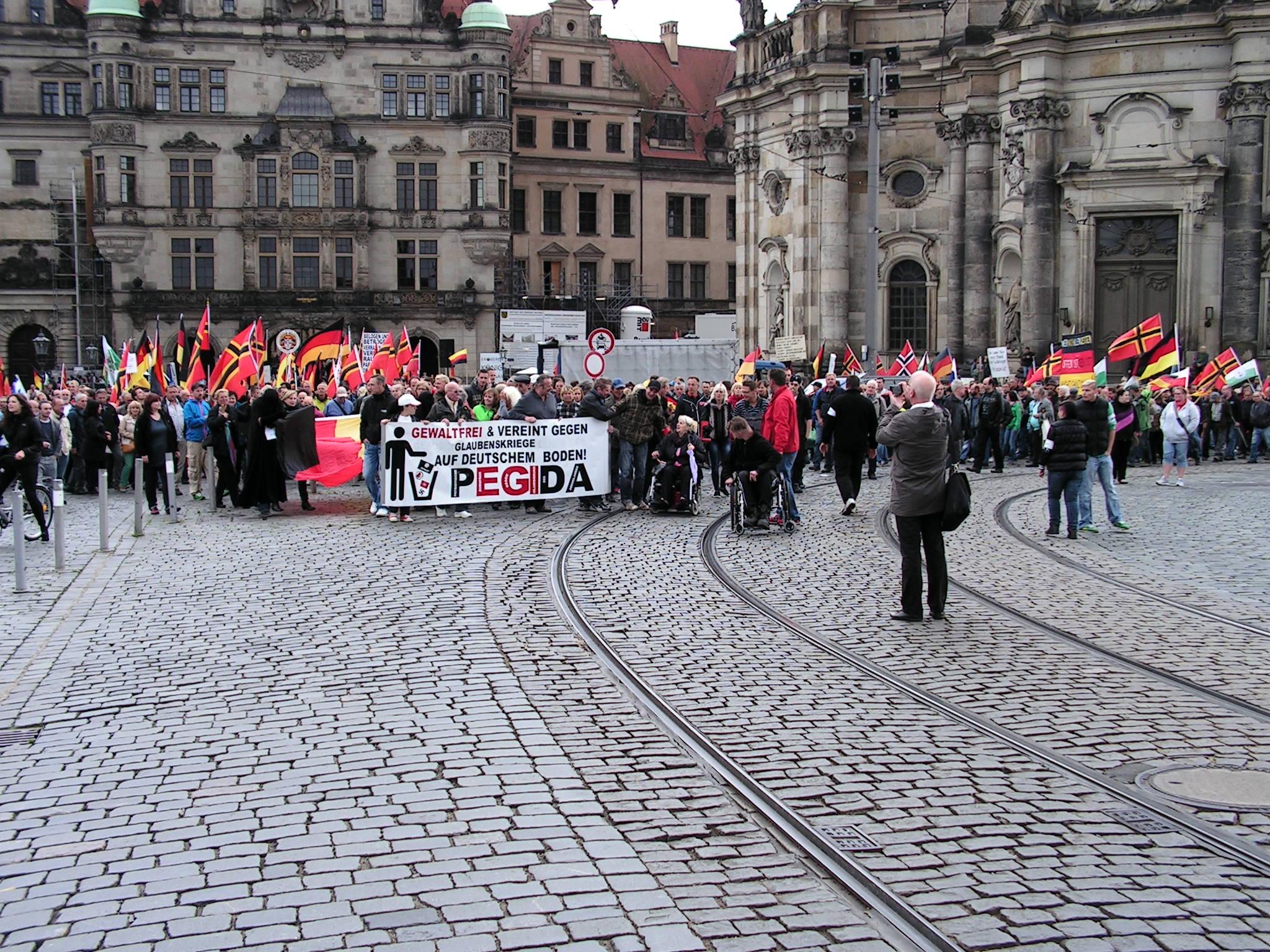 Rechts Actueel bezoekt PEGIDA demonstratie in Dresden – REACT  Rechts Actueel ...