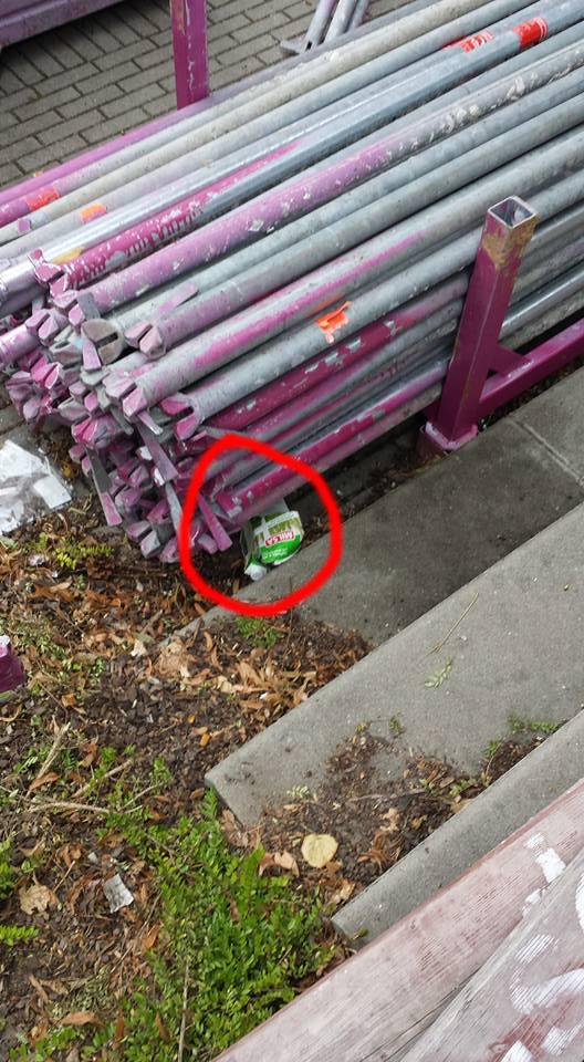 Enkele weken voordien werd de politie bekogeld met stukken metaal. Eén daarvan doorboorde het dak van een combi. Deze bus melk was dus slechts een voorbode van vele erger.