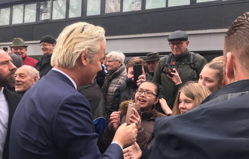 Extreemlinks bekogelt Geert Wilders tijdens verkiezingscampagne inEmmen