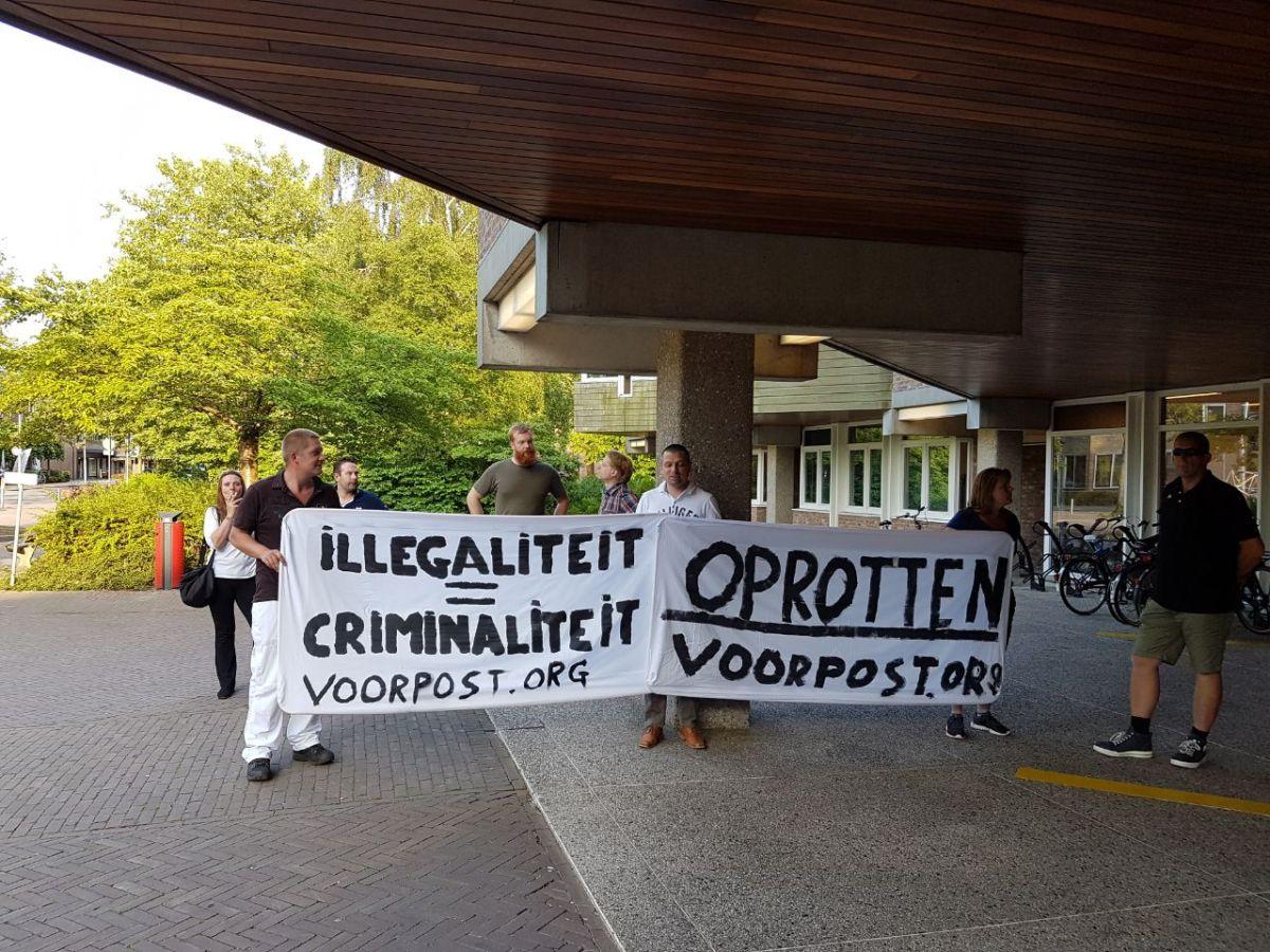 Borden 'Opgepast overstekende illegalen' van Voorpost nabij Moerdijk