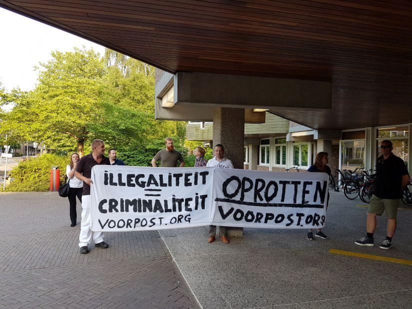 Borden 'Opgepast overstekende illegalen' van Voorpost nabijMoerdijk