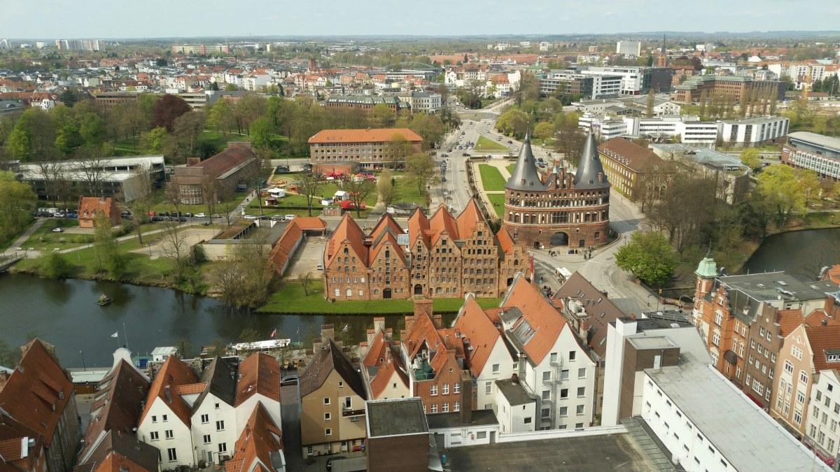 Iraniër steekt te Lübeck in op Duitsers; 12 gewonden